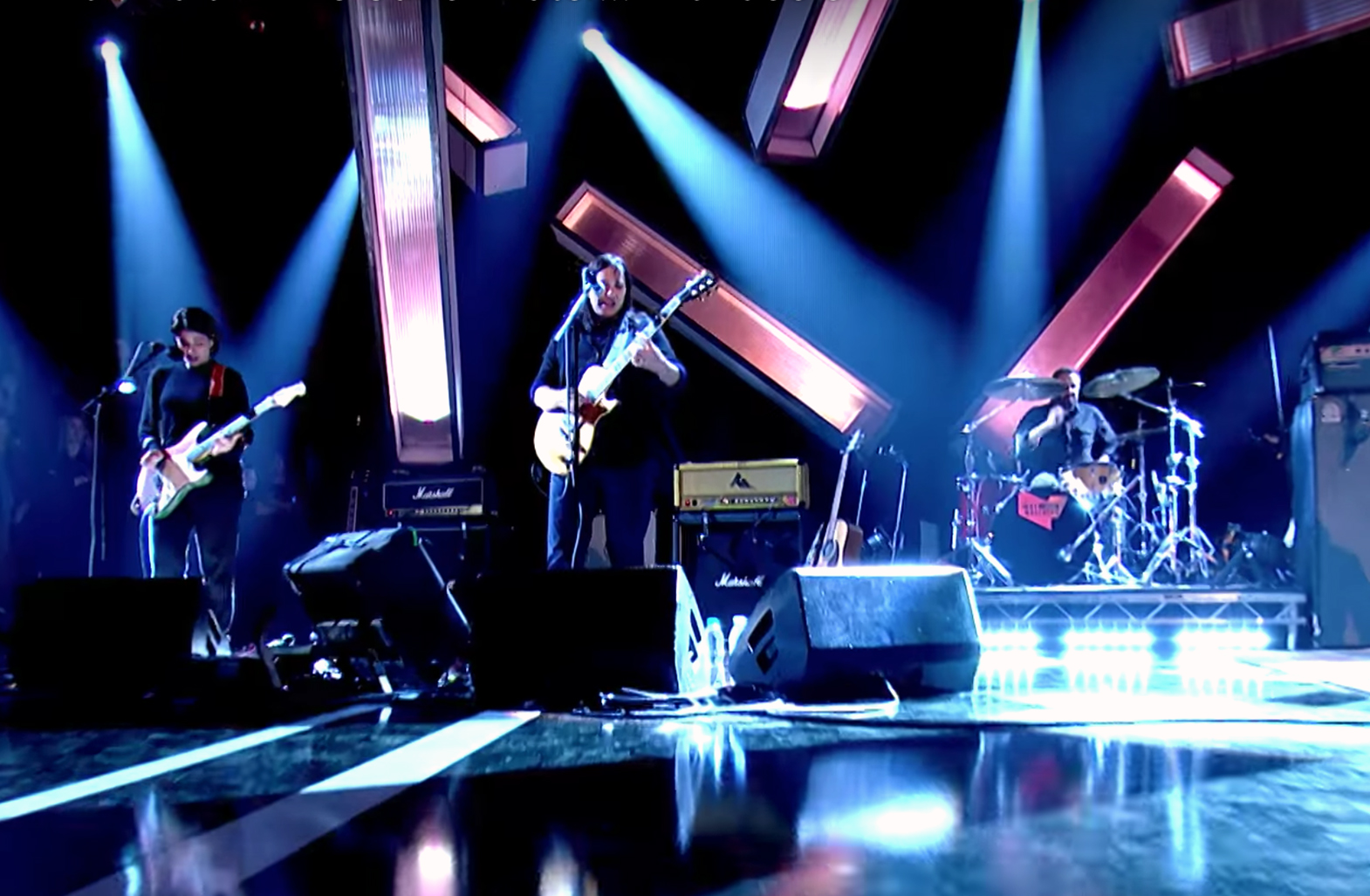 The Breeders perform 'Wait In The Car' and 'Cannonball' on Jools Holland