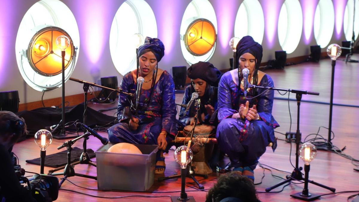 Watch: Les Filles de Illighadad in session for Vrije Geluiden
